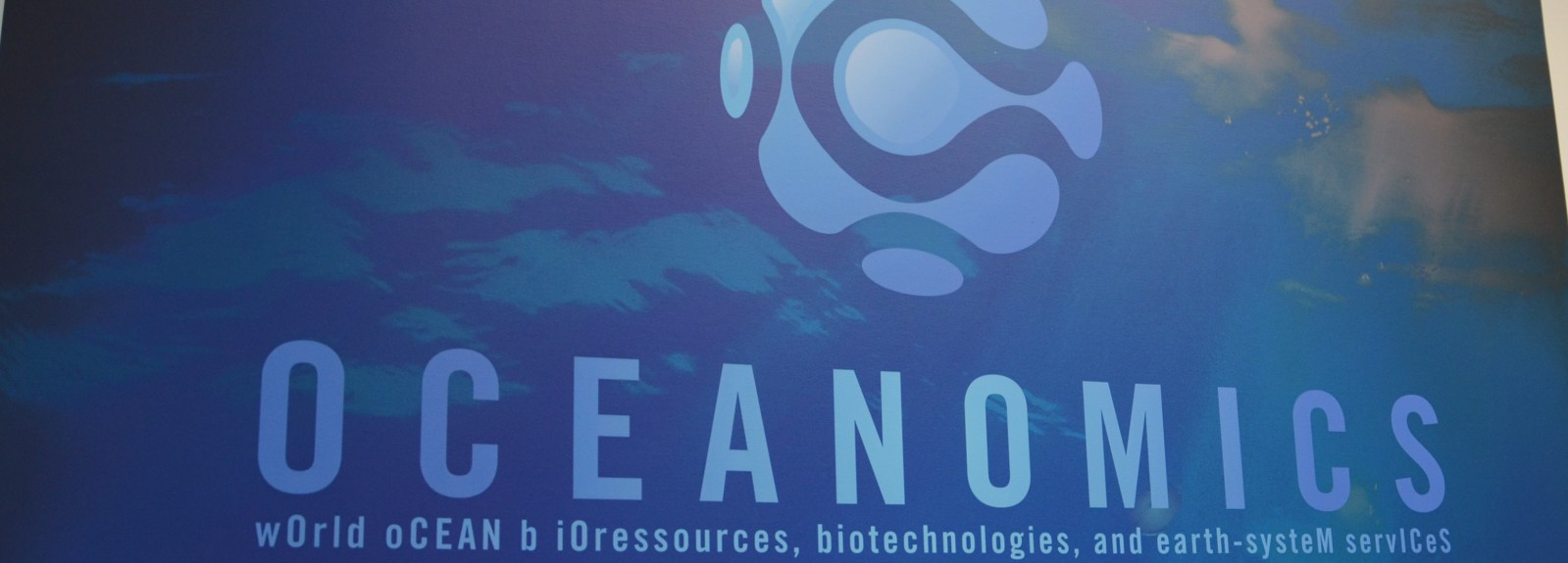 Panneau avec le logo